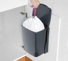 """5 solutions """"gain de place"""" pour petite cuisine (à moins de 40€)  Solution #1 > Une poubelle de placard  http://www.homelisty.com/5-solutions-gain-de-place-pour-petite-cuisine-a-moins-de-40e/"""
