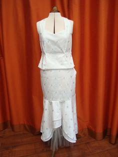 Bustier et jupe de cérémonie. Tissu blanc brodé et pailleté.