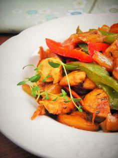 Gdy ma się pół godziny zaledwie na przygotowanie obiadu, jak ja - trzeba improwizować :) W czasie gdy kuskus pęczniał zalany gorącym buli... Big Meals, Tandoori Chicken, Thai Red Curry, Carrots, Vegetables, Big Food, Healthy, Ethnic Recipes, Carrot