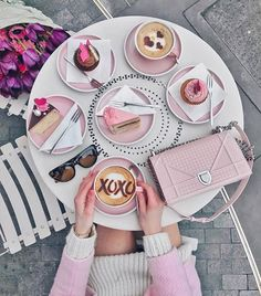 love these pretty pink sweet treats! Flat Lay Photography, Coffee Photography, Coffee Love, Coffee Art, Coffee Pics, Pink Love, Pretty In Pink, Photo Pour Instagram, Coffee Instagram