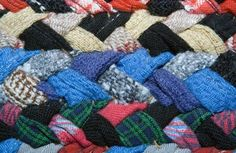 Tying Amish knots is a fairly simple crafting technique that results in beautiful and useful rag rugs. The Amish knot rug, also called a toothbrush rug, uses castoff sheets, clothing, curtains – any type of fabric that can be torn into long strips. Fabric Rug, Fabric Scraps, Scrap Fabric, Diy Tresses, Diy Tapis, Toothbrush Rug, Homemade Rugs, Rag Rug Tutorial, Braided Rag Rugs