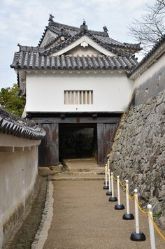 Gate, Himeji Castle (by jpellgen) - One of the surviving 21 gates of Himeji Castle, Hyogo Prefecture, Japan . Built as a samurai fortress in CE. Japanese Buildings, Castle Illustration, Himeji Castle, History Encyclopedia, Japanese Castle, Asian Architecture, Medieval Houses, Hyogo, House Map