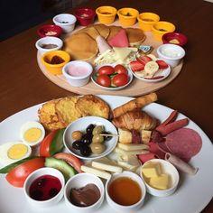 Kahvaltı Tabağı 17,5 TL  Pancake Kahvaltı Tabağı 25 TL  Agapia Cafe & Restaurant / İstanbul - Kadıköy    Fotoğraftaki görseller birer kişiliktir.