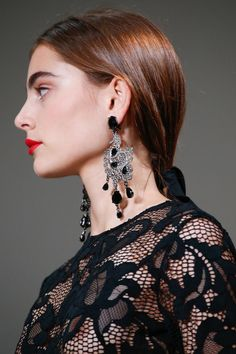 Bold red lip and dramatic black lace–a classic look from Oscar de la Renta