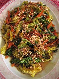 Pikapaistettua savoijinkaalia, porkkanaa ja paahdettuja seesaminsiemeniä
