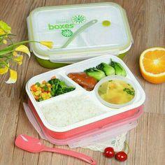 Lunch Box Kotak Makan Bento Sekat 4 - 2 Warna (FP000415)  Ready Stock Color: Hijau (Green) dan Merah (Red) - 100% brand new - Food Grade PP BPA Free - Container plastik plus tutup (untuk menyimpan makanan berkuah) dan sendok - Bahan berkualitas - Tahan panas (microwave) & dingin (kulkas) - Terdapat ventilation hole yang dapat dibuka atau ditutup sesuai kebutuhan - Ukuran : 23.5 x 17.5 x 6.5 cm  1. Terbuat dari bahan yang berkualitas untuk makanan, aman dan tidak membahayakan, tidak berbau.