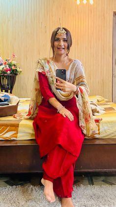 Simple Kurta Designs, Kurta Designs Women, Stylish Dress Designs, Simple Pakistani Dresses, Unique Dresses, Stylish Dresses, Embroidery Suits Punjabi, Embroidery Suits Design, Patyala Suit