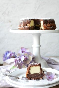 Schoko-Rührkuchen und darin ein Käsekuchen. Einer der geilsten Kuchen, die ich je gesehen habe *.*