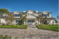 As all of this Kardashian drama unfolds, it's important to keep in mind that some things are still in order in the midst of mayhem—namely, Kylie Jenner just bought a new mansion. Kylie Jenner Casa, Kylie Jenner New House, Kylie Jenner News, Kylie Jenner Photos, Expensive Houses, House On A Hill, Celebrity Houses, House Goals, Architectural Digest