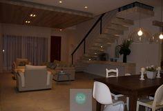 Sala de estar e sala de jantar integradas compõe este ambiente de uma residência na praia. Destaque para o rebaixo no forro em madeira com iluminação. Tons claros, toques de azul e madeira deixaram o ambiente muito aconchegante. #NBWarq #decor #architecture #archilovers #iluminacao #tonsclaros #SonharAcreditarRealizar
