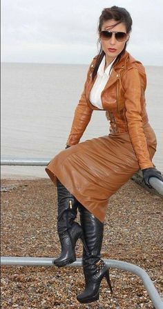 Leave everything hanging in brown leather - Ladies in Leather - Women in Uniform Sexy Outfits, Fashion Outfits, Womens Fashion, Long Leather Skirt, Leather Dresses, Leather Outfits, Leather Trousers Women, Leather Jacket, Plus Size Ripped Jeans