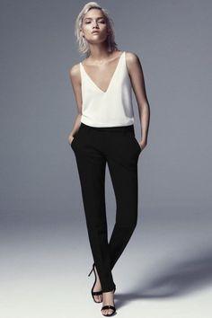 5fb5de2c5 Minimalista básico - meia estação   verão - calça básica alfaiataria preta  + regata decote V branca + salto básico preto