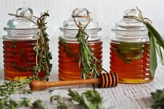 Rosemary, Lemon Thyme & Sage Honey - Edible Christmas Gifts raw honey (or your favourite mild flavoured honey, I love Maya Sunny honey) Sprigs of rosemary, lemon thyme and sage clean jars Edible Christmas Gifts, Edible Gifts, Jar Gifts, Food Gifts, Gourmet Gifts, Honey Recipes, Raw Honey, Honey Bees, Nigella