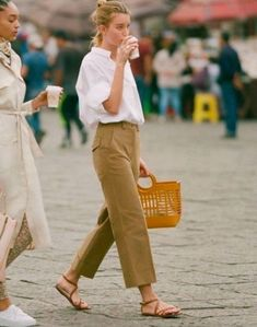 [BY 패션톡톡] 안녕하세요 톡톡이에요 :) 여름 시즌 하나쯤은 꼬옥 있어야 하는 아이템 뭐다~~? 바로 샌... Mode Outfits, Fashion Outfits, Fashion Trends, Stylish Outfits, Fashion Ideas, Fashion Pants, Dressy Casual Outfits, Smart Casual Outfit, Casual Jeans