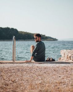 Insgeheim hoffe ich dass es wenn wir am Samstag auf Sommerzeit umstellen sofort wieder so wird wie auf diesem Foto und ich einfach die ganze Zeit lachend am Meer sitzen kann während ich oben einen Pullover und unten Shorts trage weil mir soziale Kleidungsnormen EGAL sind da das Wetter so lieblich ist. Foto von @meinemelange