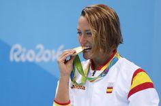 Mireia Belmonte celebra tras ganar la medalla de oro en la prueba final femenina de 200m mariposa de natación.rnrnrn