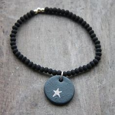 bracelet porcelaine noire mat et motif platine or  de la creatrice natacha plano pour l'atelier des bijoux createurs édité en exclusivité