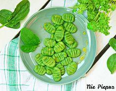 Przepis na kluski szpinakowe, które są świetnym pomysłem na pyszny i efektowny obiad. Szpinak nie jest w kluskach wyczuwalny, a pozostawia piękny kolor.