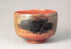 「赤楽茶碗 銘 鵺」 道入作 江戸時代 17世紀  胴に雲のような黒い塊が見えます。  これを平家物語に出てくる、御所の屋根に現れて源頼政に退治された鵺(ぬえ)に  なぞらえた命名です。