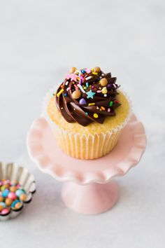 Yellow Cupcakes with Chocolate Crème Fraîche Frosting (hungrygirlporvida) Yellow Cake Chocolate Frosting, Chocolate Frosting Recipes, Chocolate Icing, Chocolate Sprinkles, Chocolate Cupcakes, Cupcake Recipes, Cupcake Cakes, Dessert Recipes, Desserts