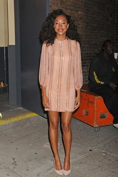 Corinne Bailey Rae Photos - Corinne Bailey Rae at the Annual Mary J. Blige Honors Concert at Hammerstein Ballroom in New York. The singer wore a cute peach beaded shift dress to the charity event. - Celebrities at Hammerstein Ballroom 60 Fashion, Fashion Beauty, Corinne Bailey Rae, Inspiration Mode, Famous Girls, Designer Dresses, Natural Hair Styles, Celebrity Style, Party Dress