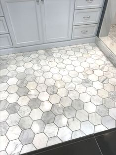 - Floors - Aimez ce gris avec le coulis plus sombre. Carrelage hexagonal dans la salle de b. Love this gray with the darker grout. Hexagonal tile in the bathroom tile Bathroom Floor Tiles, Bathroom Renos, Bathroom Ideas, Bathroom Renovations, Bathroom Organization, Bathroom Makeovers, Bathroom Layout, Bath Ideas, Bathroom Marble