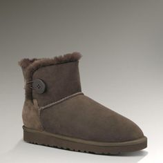 Women UGG Outlet Mini Bailey Button 3352 Chocolate Ugg Snow Boots, Ugg Boots Cheap, Ugg Winter Boots, Only Fashion, Fashion Days, Teen Fashion, Fashion Trends, Mini Baileys, Ugg Bailey Button