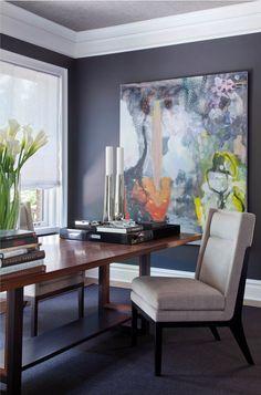 Домашний офис с темно-синими стенами