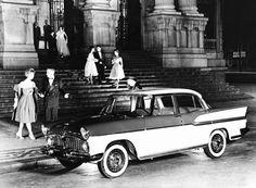 O Theatro Municipal. Rio de Janeiro em 1959. O automóvel Simca Chambord completa a elegância de um Rio de Janeiro de outros tempos.  https://www.facebook.com/Guarantiga/photos/a.490233921007939.115673.490210317676966/804869642877697/?type=1&theater