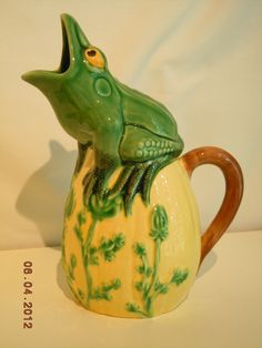 Majolica Portugal Frog Pitcher Pourer Green Yellow and Brown Sur La Table Cute Teapot, Turtle Love, Frog And Toad, Yellow And Brown, Delft, Tea Cup Saucer, Goblin, Teapots, Objects