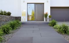 The approach through large stone slabs looks like a red carpet. Lined with Gr… - Front garden ideas - The approach through large stone slabs looks like a red carpet. Lined with gr The way through large - Modern Entrance, Patio Interior, Stone Slab, House Front, Walkway, Pathways, Backyard Landscaping, Exterior Design, Outdoor Gardens