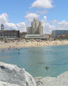 Espinho, Portugal - Uma acolhedora praia de areia branca, com acessos facilitados pela proximidade de estacionamento e transportes públicos. Indicada para a práctica de surf,  dois paredões e com acesso pelo passeio marítimo junto à zona central de Espinho.  Muito frequentada por surfistas e bodyboard, competições destas modalidades, esta praia possui excelentes infraestruturas de apoio, incluindo espaço para a prática de voleibol.  iniciativas de caráter lúdico local de lazer privilegiado.