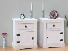 2 nachtkastjes wit in mexicaans grenen stijl. Eigenwijze nachtkastjes met een eigen stijl, leuk om naast uw bed te zetten en gewoon te bewonderen. De nachtkastj