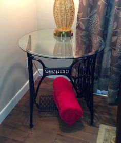 a vintage singer treadle sewing machine base used as a side table base. Antique Sewing Machine Table, Treadle Sewing Machines, Antique Sewing Machines, Sewing Table, Unusual Furniture, Metal Furniture, Vintage Furniture, Singer Table, Sewing Machine Projects