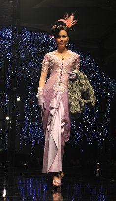 Sekuens Eddy Betty di Bazaar Langgam Tiga Hati Fashion Celebration 2011.