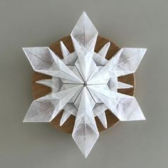 Paper Art, Paper Crafts, Snow Flakes Diy, Modular Origami, Snow And Ice, Vintage Paper Dolls, Origami Tutorial, Origami Paper, Xmas