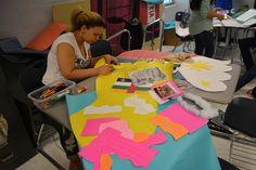 La niña, Daisy, está dibujando y cortando las papeles para su poster. Con la ayuda de las clases de otros idiomas, nosotros teníamos la habilidad a decorar la escuela.