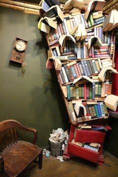 """「カフェ併設型本屋」「ビールが飲める本屋」など、工夫を凝らした書店が人気を集めています。本を置くだけでは売れない今の時代を皮肉り""""最後の本屋""""と名乗る、米ロサンゼルスの人気書店「THE LAST BOOKSTORE」に行ってみました。"""