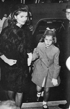 """jackie-american-queen: """"Jacqueline and Caroline Kennedy, 1966 """" Jackie Oh, Jackie Kennedy Style, Los Kennedy, Caroline Kennedy, Jacqueline Kennedy Onassis, John F Kennedy, Sweet Caroline, Familia Kennedy, Jaqueline Kennedy"""