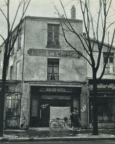 Rue de Tolbiac n° 180, en 1958, devant le Rachid Hôtel, anciennement l'Hôtel de l'Avenir. Ne le cherchez plus, il a définitevement fermé ses portes... Une photo de Ervin Marton.