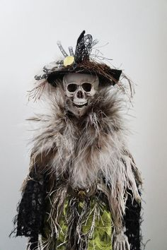 Skeleton Witch Doll - my first thought was that it was the skeleton of Snape dressed as Neville's grandma! Halloween Havoc, Halloween Witches, Halloween Doll, Halloween Haunted Houses, Halloween Images, Creepy Halloween, Halloween Skeletons, Outdoor Halloween, Halloween Stuff
