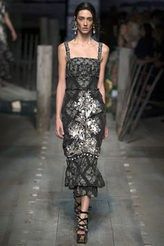 Erdem | Spring 2017 Ready-to-Wear collection | Dress with embroidery | Model: Amanda Googe