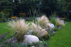 Findlinge und Ziergräser im Garten