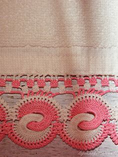 Crochet Edgings And Borders crochet border ::: This is lovely. great design and soft colors. Lorr - towel with two color crochet border Mode Crochet, Crochet Home, Crochet Trim, Thread Crochet, Knit Or Crochet, Crochet Crafts, Crochet Projects, Crochet Boarders, Crochet Motifs