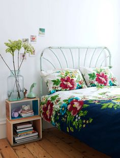 Love this vintage look & the floral bedlinen.