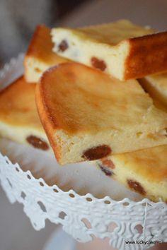 Prajitura cu brânză și stafide sau fructe congelate