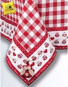 angelica home country - Cerca con G oogle Red Dinnerware, Sewing Crafts, Sewing Projects, Burlap Table Runners, Chicken Scratch, Sewing Table, Mug Rugs, Hot Pads, Table Covers
