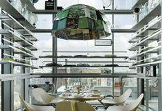 Uno scatto del ristorante Neni all'interno del 25Hours Hotel Bikini Berlin. Tavolini e sedie in legno si contrappongono ai colori degli interni, che si collegano al concetto di grande città. Sopra ogni ripiano sono poste delle piante, una sorta di giardino urbano