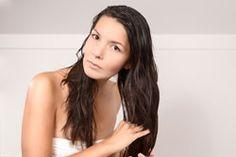 Wenn Ihre Haare trocken sind und eine Extraportion Pflege brauchen, kaufen Sie nicht gleich teure Haarkuren. Diese Rezepte zeigen, wie Sie sie viel günstiger selber machen können.Sonne, Kälte, Haarfärbemittel, Chlorwasser – Haare sind zwar strapazierfähig, aber bei zu vielen Strapazen machen selbst diese irgendwann nicht mehr mit. Wer seine Haare zu sehr strapaziert, der sorgt schließl ...