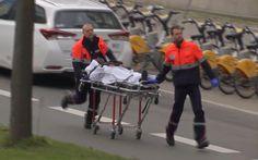 Ferido em explosão no metrô de Bruxelas é socorrido por equipe de emergência